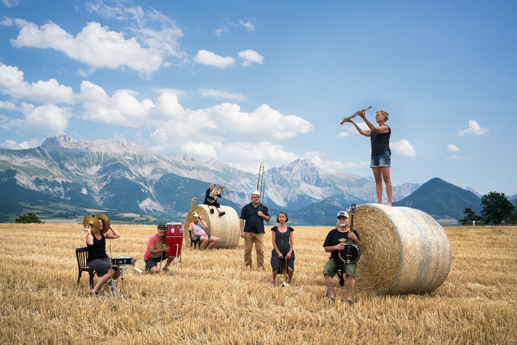 C'est la musique.On courrait en liberté dans les champs de blé, on se tiendrait debout sur une botte de paille, le chant des vaches se mêlerait à celui de la trompette, nos fantaisies créeraient des horizons plus ouverts, on en parlerait autour d'une bière locale au goût de fête. Et le lendemain, un autre monde se mettrait en chemin d'exister. La fantastique fanfare de Mens fait danser le Trièves, elle régale la terrasse du Café des sports et autres marchés de ses notes et de sa bonne humeur.