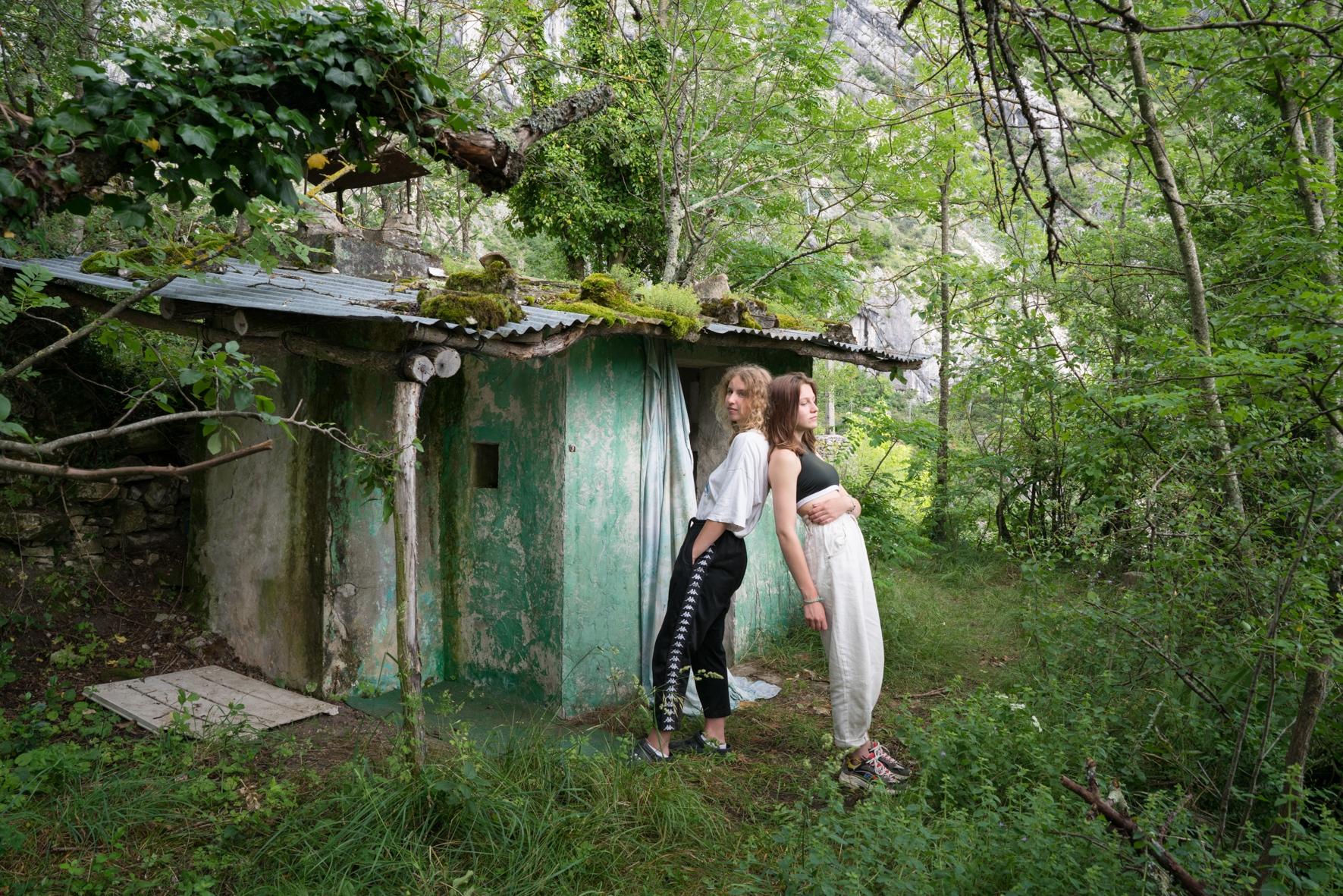 C'est l'abandon.Celui de ces lieux laissés en friche, offrant des espaces pour créer des cabanes propices à l'amitié.Celui des corps portés par le vide, apprivoisant la chute,traversant l'air jusqu'à la rencontre de l'eau.Celui des têtes qui se posent sur l'épaule de l'autre,des dos qui osent le déséquilibre.Lilou et Léna sont deux adolescentes vivant à Pont en Royans. Amoureuses de ce coin de terre, elles nous ont ouvert un peu de leur jardin secret.
