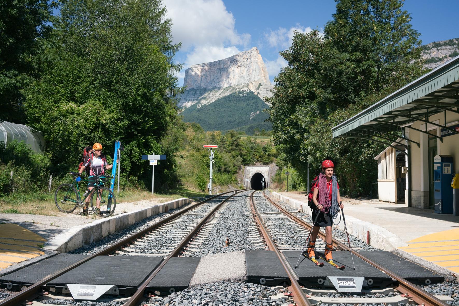 C'est l'horizon.Prendre le Grenoble-Clelles et jouer à cache-tunnel avec le Mont Aiguille. Explorer le Vercors à vélo, à cheval ou sur des skis. Tant qu'il y aura des rails, tant qu'il y aura de la neige. Se tenir prête à ajuster sa monture aux transhumances du futur. Dessiner les Terra Incognita de nos cartes sensibles, écrire notre Vercors rêvé, se mettre en route pour le créer.Sur le quai, nous avons rencontré Aurore, une agent de la SNCF qui écrit des romans de science-fiction et Michel, qui rêvait d'être chef de gare et vient chaque jour respirer le parfum sonore de la gare de Clelles.